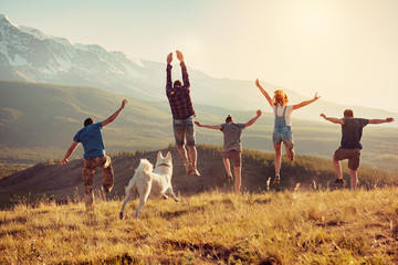 Foto auf Gartenposter Beige Group of friends runs and jumps in mountains