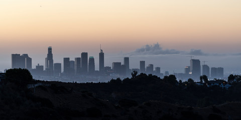 Foto op Aluminium Kuala Lumpur Twilight panorama view of downtown Los Angeles towers and hilltop ridge near popular Griffith Park in scenic Southern California.