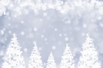 真っ白なクリスマスツリーと粉雪のバックグラウンド