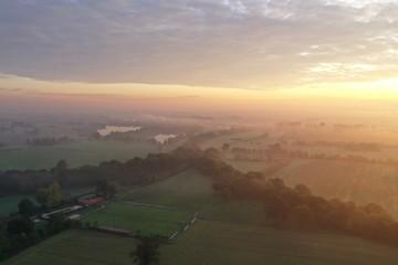 Romantischer Sonnenaufgang an einem Fluss mit Dunst während Bauern Demo in Hannover