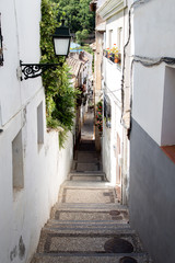 Tuinposter Smal steegje Narrow Alley in Albaicin District in Granada, Spain
