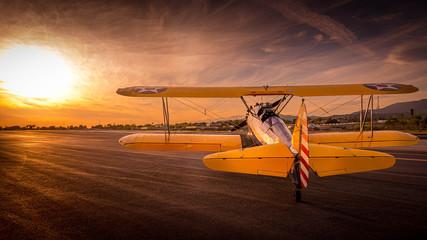 Fototapeta premium zachód słońca samolot oldtimer