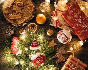 Świąteczne ciasteczka i prezenty oświetlone lampkami