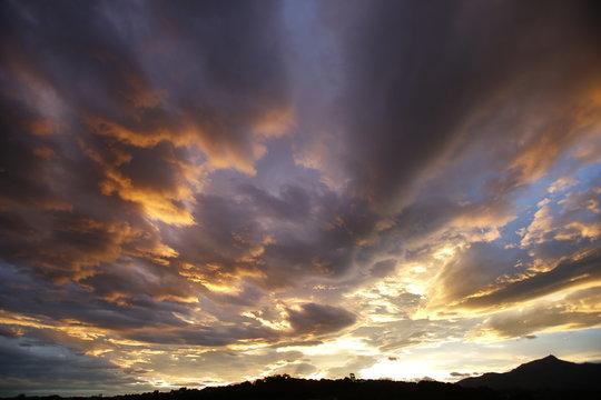 Ciel et nuages jaunes, oranges et bleus, couché de soleil lumineux