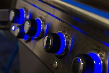 Blaue beleuchtete Drehknöpfe vom Gasgrill