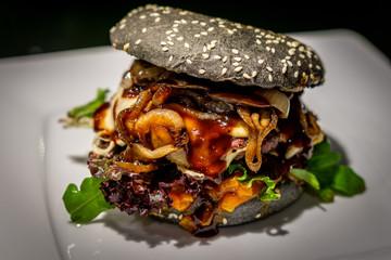 Asiaburger mit schwarzem Burgerbun
