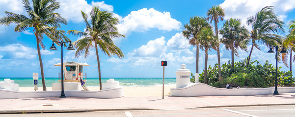 Poster Cappuccino Seafront with lifeguard hut in Fort Lauderdale Florida, USA
