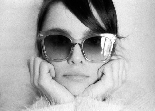 Close up of a adorable woman with sunglasses