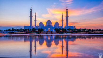 Sheikh Zayed Grand Mosque and Reflection in Fountain at Sunset - Abu Dhabi, United Arab Emirates (UAE) Wall mural