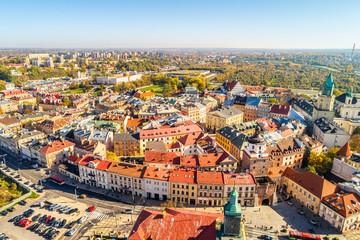 Lublin - stare miasto widziane z lotu ptaka.  Krajobraz turystycznej części Lublina z widoczną Brama Krakowską i Zamkiem.