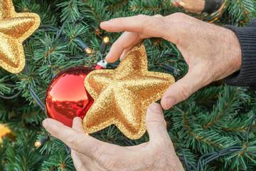 Préparatif pour les fêtes de fin d'année Noël et la Saint Sylvestre et le nouvel an - faire le sapin de noël et posant les décorations de noël