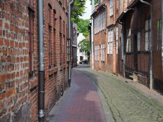 Eine historische Gasse in der Altstadt von Lüneburg in der Sonne