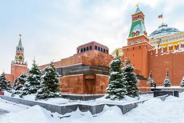 Fototapete - Moscow Red Square in winter, Russia. Lenin's Mausoleum by Moscow Kremlin under snow. This place is famous tourist attraction of Moscow city. Center of Moscow during snowfall. Concept of Russian frost.