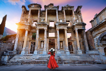 Woman standing in Celsius Library at Ephesus ancient city in Izmir, Turkey. Fototapete