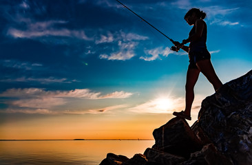 Photo sur Aluminium Peche Woman fishing on Fishing rod spinning in Norway.