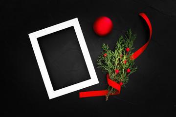 Composición hecha con elementos navideños