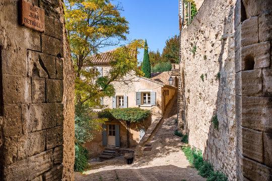 Petite ruelle pavé (calade) de village de Gordes, en Provence, france.
