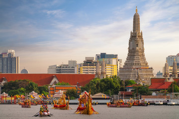 Fotorolgordijn Bedehuis Traitional royal thai boat in river in Bangkok city with Wat arun temple background