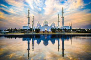 Photo sur Aluminium Abou Dabi Sheikh Zayed Grand Mosque and Reflection in Fountain at Sunset - Abu Dhabi, United Arab Emirates (UAE)