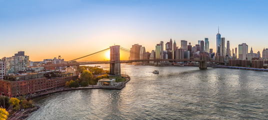 Fototapete - New York City Brooklyn Bridge evening skyline sunset