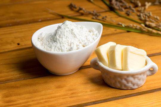 木材背景に小麦粉とバターお菓子、パン、材料butter flour