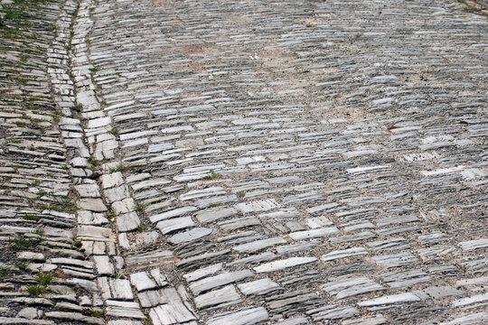 historische straße aus kalkstein handwerklich gepflastert