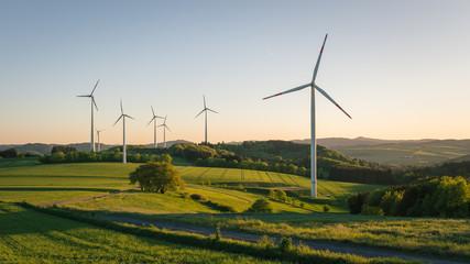 Fotorollo Rosa dunkel windkraftanlagen auf dem feld