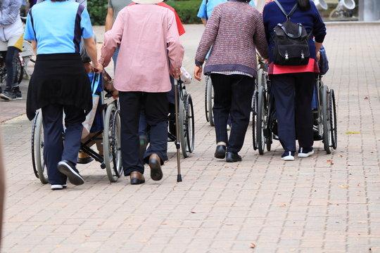 高齢者と介護士の散歩風景