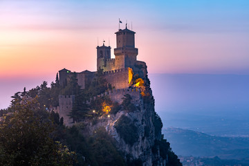 Fototapete - Guaita fortress or Prima Torre on the ridge of Mount Titano, in the city of San Marino of the Republic of San Marino at sunset