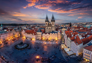 La pose en embrasure Prague Blick über die Dächer der Altstadt und den zentralen Platz von Prag zur beleuchteten Teynkirche am Abend nach Sonnenuntergang, Tschechien