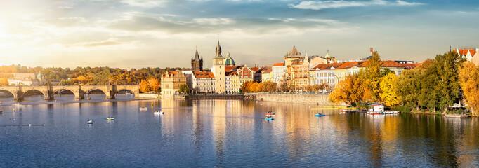 Aluminium Prints Panorama Photos Blick auf das Herbstliche Prag bei goldenem Sonnenuntergang im Oktober mit Altstadt, Karlsbrücke und Moldau Fluss