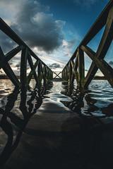 Steg unter Wasser gesetzt am Teich