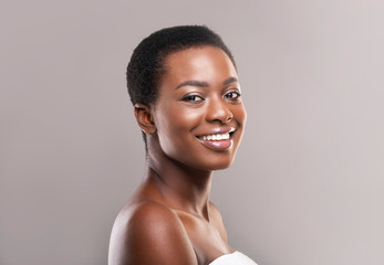 Fototapete - Portrait of attractive black woman with short hair