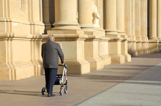 persona mayor con andador discapacitado 4M0A9872-as19