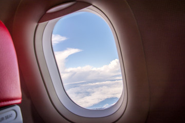 Looking at the view through the plane window, saw a group of white clouds.