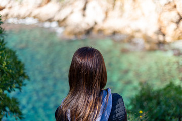 Mulher de costas observando a praia Suluci em Dubrovnik na Croácia