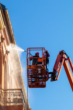 Pressure cleaning of a building facade