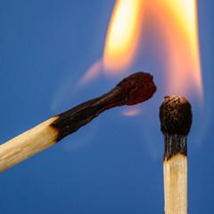 Cerillas de madera encendidas