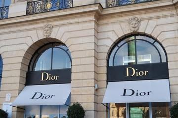 Enseigne sur la devanture de la boutique Dior sur la place Vendôme à Paris – 26 octobre 2019 (France)