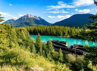 train devant une rivière turquoise