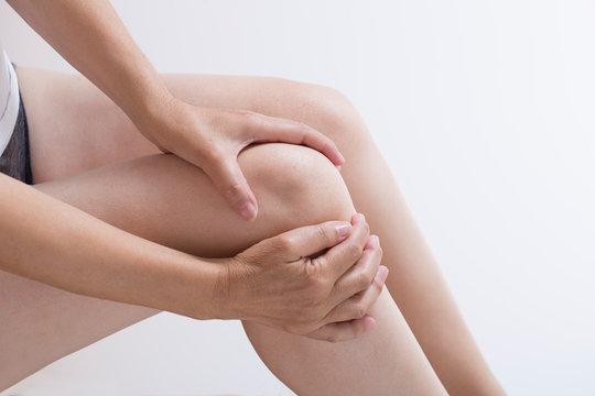 関節痛の女性のひざ