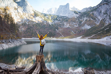 Photo sur Aluminium Bleu ciel girl stands on the shore of a mountain lake