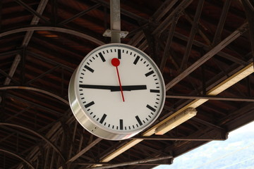 Clock at a train station with clearly visible pointers, easy to see for travellers