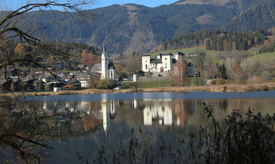 Goldegg am See mit Schloss.
