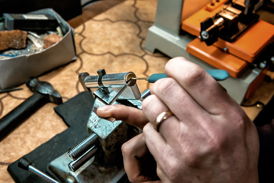 locksmith repair door cylinder
