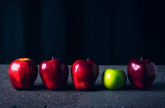4 manzanas rojas y 1 manzana verde formadas