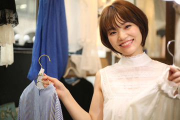 服を勧める女性店員