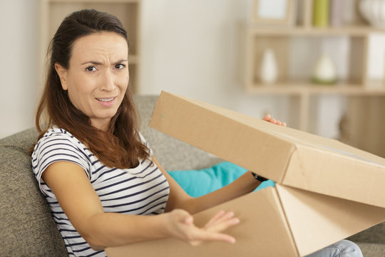 woman expressing a problem with a delivery