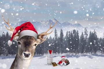 Rentier mit Nikolausmütze und Mädchen freuen sich auf Weihnachten