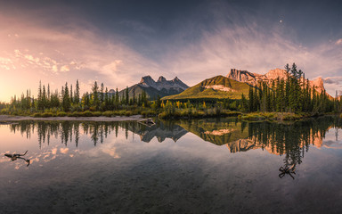 Panorama of Three sisters mountain reflection on pond at sunrise in autumn at Banff national park Fototapete
